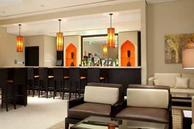 dubaj_holiday_inn_express_bar